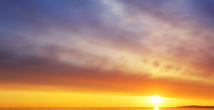 Puesta del sol/salida del sol con las nubes, los rayos ligeros y la otra e atmosférica Fotos de archivo