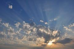 Puesta del sol, salida del sol con las nubes, rayos ligeros Imagenes de archivo