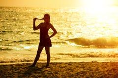 Puesta del sol, silueta de la mujer de Asia imagen de archivo