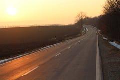 Puesta del sol sin fin de la puesta del sol del camino imágenes de archivo libres de regalías