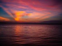Puesta del sol soñadora del océano imagenes de archivo