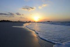 Puesta del sol sobre Abu Dhabi Imagen de archivo