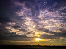 Puesta del sol sobre aeropuerto Fotos de archivo libres de regalías