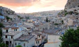 Puesta del sol sobre aldea siciliana Fotos de archivo libres de regalías