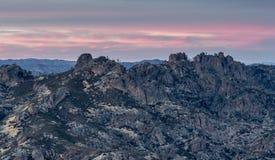 Puesta del sol sobre altos picos de los pináculos parque nacional, California, los E.E.U.U. imagen de archivo