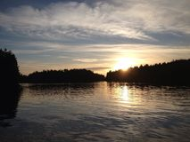 Puesta del sol sobre bahía Imagen de archivo