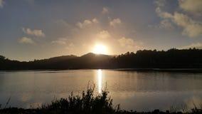 Puesta del sol sobre bahía fotos de archivo libres de regalías