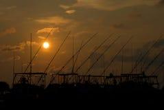 Puesta del sol sobre bahía con los barcos Imagenes de archivo
