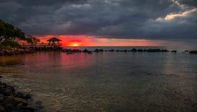 Puesta del sol sobre bahía de la tortuga en Mauricio Imagenes de archivo