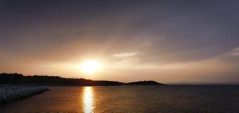 Puesta del sol sobre bahía del mar fotos de archivo