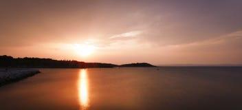 Puesta del sol sobre bahía del mar fotografía de archivo libre de regalías