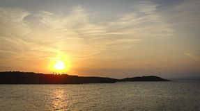Puesta del sol sobre bahía del mar imagenes de archivo