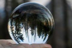 Puesta del sol sobre bosque y las montañas con la luna capturada en el Bal de cristal foto de archivo libre de regalías