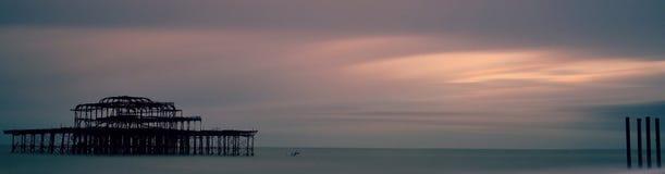 Puesta del sol sobre Brighton West Pier Foto de archivo libre de regalías