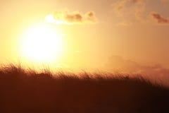 Puesta del sol sobre campo Foto de archivo libre de regalías