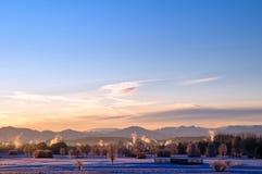 Puesta del sol sobre campo alpestre fotos de archivo libres de regalías