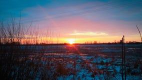 Puesta del sol sobre campo nevado Fotografía de archivo libre de regalías