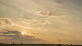Puesta del sol sobre campos almacen de metraje de vídeo