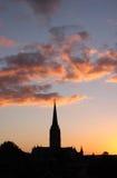 Puesta del sol sobre catedral foto de archivo