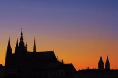 Puesta del sol sobre catedral de St.Vitus Fotos de archivo libres de regalías