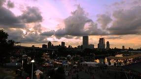 Puesta del sol sobre ciudad foto de archivo libre de regalías