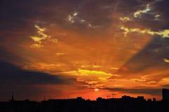 Puesta del sol sobre ciudad Fotos de archivo