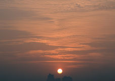 Puesta del sol sobre ciudad Imagen de archivo libre de regalías