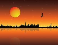 Puesta del sol sobre ciudad Imagen de archivo