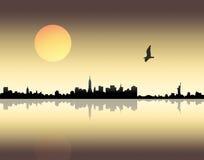 Puesta del sol sobre ciudad Imagenes de archivo