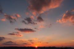 Puesta del sol sobre ciudad reservada Imágenes de archivo libres de regalías