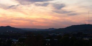 Puesta del sol sobre ciudad reservada Foto de archivo