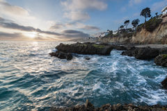 Puesta del sol sobre costa californiana meridional rocosa imagen de archivo