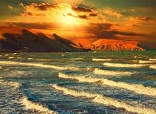 Puesta del sol sobre costa rocosa Fotos de archivo libres de regalías