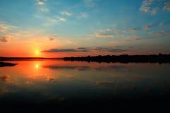 Puesta del sol sobre Danubio fotos de archivo