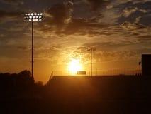 Puesta del sol sobre diamante de béisbol fotografía de archivo