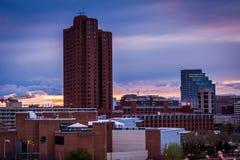 Puesta del sol sobre edificios en el distrito interno en la puesta del sol, SE del puerto imágenes de archivo libres de regalías