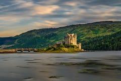 Puesta del sol sobre Eilean Donan Castle, Escocia foto de archivo libre de regalías