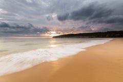 Puesta del sol sobre el acantilado de la playa Fotografía de archivo