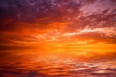 Puesta del sol sobre el agua Foto de archivo libre de regalías