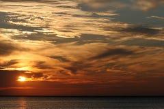 Puesta del sol sobre el agua imágenes de archivo libres de regalías