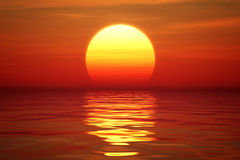 Puesta del sol sobre el agua tranqual Imagen de archivo