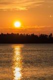Puesta del sol sobre el agua - vertical Foto de archivo libre de regalías
