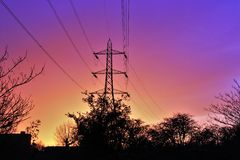 Puesta del sol sobre el alambre de la electricidad de Londres fotografía de archivo