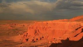 Puesta del sol sobre el barranco Bayanzag en Mongolia almacen de metraje de vídeo