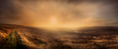 Puesta del sol sobre el borde del hacha fotografía de archivo
