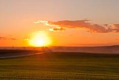 Puesta del sol sobre el camino Fotografía de archivo libre de regalías