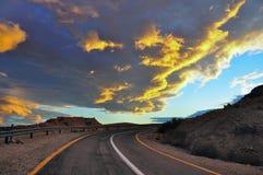 Puesta del sol sobre el camino del desierto, Israel Foto de archivo libre de regalías
