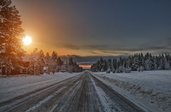 Puesta del sol sobre el camino, Laponia Finlandia Imágenes de archivo libres de regalías