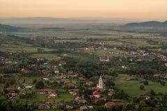 Puesta del sol sobre el campo de Transylvanian cerca del castillo del salvado imágenes de archivo libres de regalías