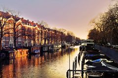 Puesta del sol sobre el canal de Amsterdam Imágenes de archivo libres de regalías